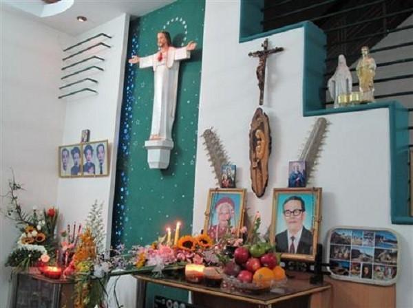 bàn thờ Chúa trong phòng khách