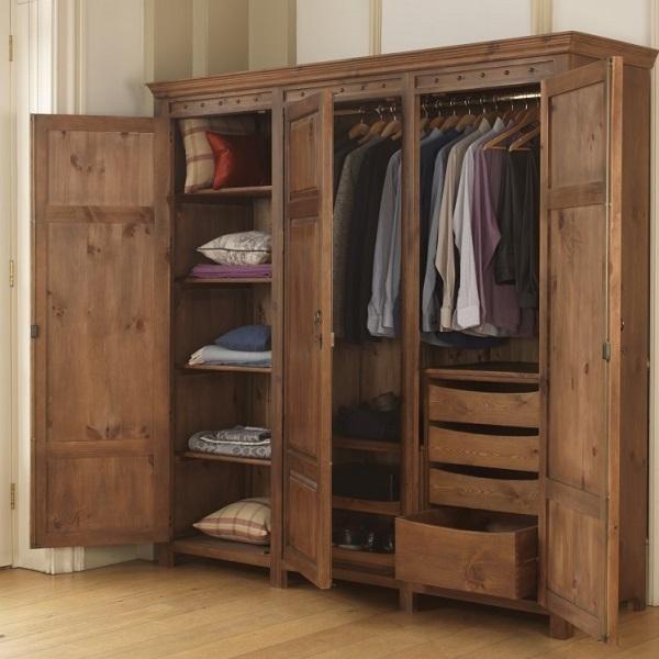 Tủ gỗ mới thường có mùi khó chịu và gây cảm giác phiền toái cho chúng ta. Bạn đã biết cách khử mùi khó chịu ấy chưa? Bài viết dưới đây sẽ đem tới chúng ta những thông tin thật hữu ích về cách khử mùi tủ gỗ mới. Cùng điểm qua và lưu lại ngay hôm nay. Nguyên nhân tủ gỗ quần áo gỗ mới có mùi khó chịu Tủ gỗ mới được sản xuất sẽ được phun lên trên bề mặt một lớp sơn nhằm mục đích để chống mối mọt và tăng tính thẩm mỹ cho nó. Nếu như tủ gỗ được sơn bằng loại sơn kém chất lượng và kém an toàn sẽ gây ra những mùi khó chịu, ám rất lâu trên quần áo được treo trong đó và thậm chí có thể gây ra các bệnh về đường hô hấp cho con người.   Tiếp xúc nhiều với những loại sơn loại này có thể khiến những người bị hen suyễn hay viêm xoang sẽ nặng hơn và làm chúng ta có những biểu hiện đau đầu, chóng mặt… Tuy nó có những nhược điểm như vậy nhưng đây là một phần không thể thiếu, lớp sơn ấy là lớp áo bảo vệ cho chiếc tủ gỗ của chúng ta khỏi mối mọt, hư hại. Cách khử mùi tủ gỗ mới đơn giản với nguyên liệu tự nhiên, an toàn Dưới đây là một vài cách khử mùi cho tủ gỗ mới vừa đơn giản, an toàn và hiệu quả. Bạn hãy ngay nhé.  Dùng giấm ăn phối hợp hành tây Giấm là một nguyên liệu phổ biến, giá thành rẻ nhưng lại rất có ích trong việc khử mùi tủ gỗ mới. Để khử những mùi khó chịu khi mới mua tủ gỗ về, chúng ta thực hiện theo những bước sau: ●Bước 1: Cho giấm vào một chiếc chén nhỏ và để rải rác ở những nơi nồng độ mùi cao trong những ngăn tủ gỗ. ●Bước 2: dùng hành tây cắt đều thành những miếng mỏng và để xung quanh những chén giấm, giúp tạo nên sự thông thoáng giữa không khí bên ngoài và bên trong của tủ gỗ. Bằng cách này chúng ta có thể khử mùi gỗ mới, thay vào đó là hương giấm phối hợp với hành tây thoang thoảng rất dễ chịu.   Dùng trà khô Cách khử mùi gỗ mới bằng trà khô là một nguyên liệu sẵn có, dễ tìm và dễ dùng. Trước tiên chúng ta lấy khoảng 100 tới 200g trà khô, cho vào máy xay khô cho tới khi bột trà thật mịn. Sau đó chia lượng bột trà ở trên vừa đủ vào miếng vải mùng, dùng bình xịt phu