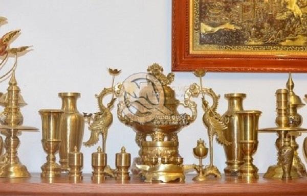 Trang trí bàn thờ gia tiên với đôi hạc chầu